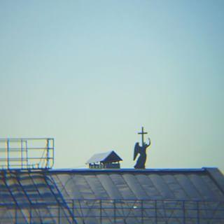 Ничего такого, просто ангел с Александровской колонны решил забраться на крышу. Крутите дальше.